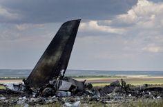 ウクライナ・ルガンスク(Lugansk)郊外で、撃墜したウクライナ空軍のイリューシン(Ilyushin)76型輸送機の残骸を確認する親露派の民兵(2014年6月14日撮影)。(c)AFP/DANIEL MIHAILESCU ▼15Jun2014AFP|散乱するウクライナ軍機の残骸、ルガンスク http://www.afpbb.com/articles/-/3017741 #Ilyushin_Il_76 #eastern_Ukraine #Luhansk #Lugansk