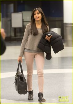 Freida Pinto: See Ya Sundance, Hello L.: Photo Freida Pinto makes her way through LAX Airport towards baggage claim on Wednesday (January in Los Angeles. The actress just arrived back from… Freida Pinto, Celebrity Photoshop Fails, Celebrity Style Guide, Celeb Style, Sous Pull, Pantalon Slim, Sundance Film Festival, Pink Jeans, Street Style Looks
