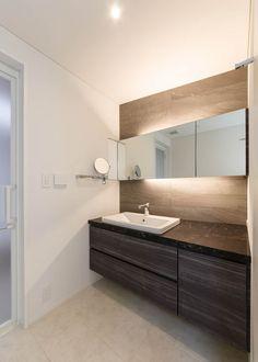 ホテルライクな洗面スペース。拡大鏡がポイントに: Lods一級建築士事務所が手掛けた浴室です。 Interior Design Living Room, Living Room Designs, Wc Public, Washroom, Double Vanity, Small Bathroom, Kitchen Design, House Design, Home Decor