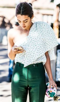 See what influential women in fashion are wearing on the streets of New York Fashion Week. Click through to be inspired as we update the gallery daily. Nyc Street Style, Street Style Outfits, Street Chic, Street Styles, Street Style Fashion, Street Wear, Fashion Week, Look Fashion, Fashion Outfits