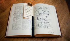 Oud woordenboek. Laat gasten woorden omcirkelen die wat hen betreft trouwen, liefde of de bruiloft als beste omschrijven.