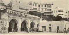 El hotel Continental --en la parte superior de la fotografía, sobre la antigua aduana. En él se instaló Sira con Ramiro Arribas cuando llegaron a Tánger, y de él hubo de marcharse ella precipitadamente cuando las cosas cambiaron de rumbo.