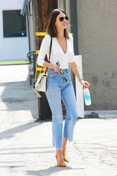 Alessandra Ambrosio-redone-Levi & # s-vintage-jeans-cropped-flare Mode Outfits, Fashion Outfits, Womens Fashion, Fashion Trends, Jean Outfits, Fashion Boots, Vintage Jeans, Alessandra Ambrosio Style, Summer Outfits