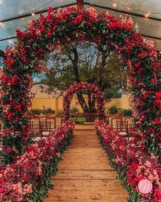 """Central da Noiva®   Théo Alves on Instagram: """"Paleta com cores vivas em tons de rosa e vermelho. Super romântico, neh?? 😍❤️ // #InspiraçãoCN . . . #Decor: @bethbahiense •…"""""""