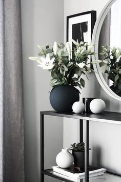 Cooee Design collections by Catrine Åberg from Swedish : What color of ball vase do I want? So hard! The post Cooee Design collections by Catrine Åberg from Swedish appeared first on Dekoration. Home Living Room, Living Room Designs, Living Room Decor, Bedroom Decor, Decor Room, Decoration Hall, Beautiful Decoration, Hallway Decorating, Vases Decor