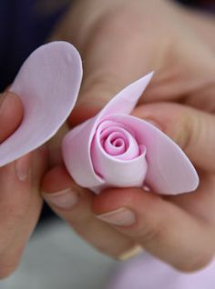 How to make polymer clay rose accessories (How To Make Clay Flowers Polymer Clay Cake, Polymer Clay Flowers, Polymer Clay Projects, Ceramic Flowers, Diy Clay, Polymer Clay Earrings, How To Make Clay, Clay Figurine, Flower Tutorial
