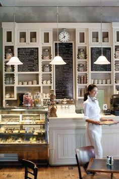 I always love this clean and homey look to a cafe. Its they kind of place where… **I'd love a kitchen with a cafe / bistro feel including a chalk board wall! Bakery Cafe, Cafe Bar, Cafe Bistro, Cafe Shop, Bakery Shops, Rustic Bakery, Bakery Decor, Pub Decor, Bakery Ideas