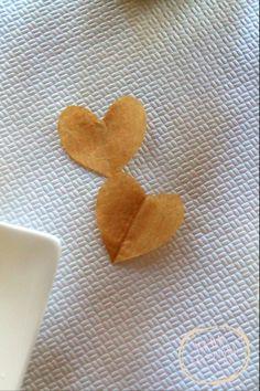 Coriandoli di carta riciclata a forma di cuore. www.bonappetitmama.it