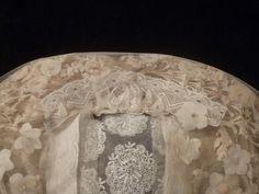 Bovenzijde halve rouwpoffer St-Oedenrode. Hier is het witte strookje kant aan de achterzijde goed te zien. #NoordBrabant