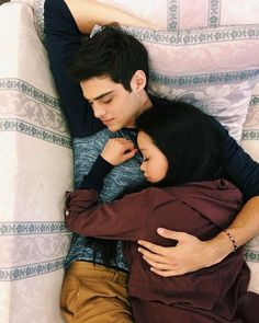 Lara Jean and Peter kavinsky. to all the boys I've loved before. this was the wallpaper Lara Jean had on her phone :') lana condor noah centineo Lara Jean, Cute Couples Goals, Couple Goals, Cute Relationships, Relationship Goals, Couple Tumblr, Peter K, Jean Peters, Fangirl