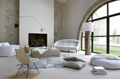 neutral colour, natural fabrics and modern mixed with classic furnishings and fixtures is perfection.