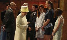 Rainha Elizabeth II visita os estúdios de #GameofThrones
