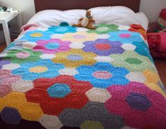Hexagon Crochet flower blanket - oh this would be warm for WI winters! Crochet Afghans, Crochet Motifs, Crochet Quilt, Crochet Squares, Crochet Home, Knit Or Crochet, Learn To Crochet, Crochet Crafts, Crochet Projects
