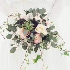 Vild vintrig brudbukett med ranunkel, anemon, eucalyptus