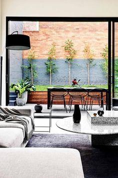 indoor/outdoor space modern design living room leading to a patio Interior Exterior, Home Interior, Exterior Design, Interior Architecture, Interior Styling, Indoor Outdoor Living, Outdoor Spaces, Outdoor Decor, Outdoor Chairs