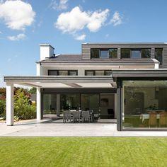 Overkapping selectie van Stevaro hoveniers uit Hilversum en Amsterdam. Roof Extension, Home Reno, Modern House Design, Backyard Landscaping, Solar Panels, Garden Inspiration, East Preston, Outdoor Gardens, Outdoor Living