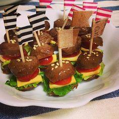 今、ミートボールバーガーがちょっとした話題になっていることをご存じでしょうか。ミートボールで作った小さな小さなおかずなんです。今回はお弁当にもぴったり、とってもかわいらしいミートボールバーガーの作り方やアレンジを紹介いたします。 Bento Recipes, Dessert Recipes, Easy Cooking, Cooking Recipes, Peruvian Recipes, Kids Menu, Food Decoration, Happy Foods, Cute Food