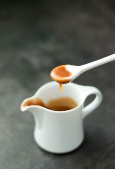 How do you make caramel sauce yourself? - The step-by-step recipe for caramel sauce with storage tips, tips for delicious recipes and much mo - Caramel Bonbons, Caramel Cookies, Sweet Recipes, Cake Recipes, Snack Recipes, Dessert Recipes, Gluten Free Donuts, Gluten Free Pumpkin, Marshmallows