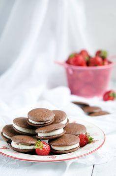 10 desserts pour faire plaisir aux enfants ! 👨👩👧👦]  #Cookies #YaourtGlacé #fraise #Millefeuilles #flamby #Tressefourrée #pâteàtartiner #Whoopiespies #Gaufressansgluten #Gâteau #moelleux #chocolat #madeleines #carambar #Cupcakeauchocolat #goûter #enfants #kids #desserts #quatreheures Sans Gluten, Strawberry, Food, Frozen Yogurt, Strawberry Fruit, Waffles, Essen, Meals, Eten