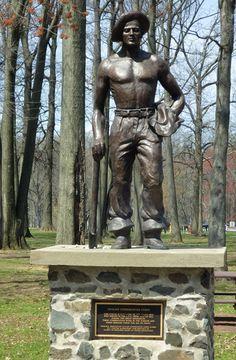 Estátua dedicada ao Homens Jovens que serviram no Civilian Conservation Corps (CCC) de 1933 a 1942 durante a Grande Depressão. Seu trabalho de conservação de florestas e parques permanece para que todos possam desfrutar. Encontrada no Parque Roosevelt, em Edison, condado de Middlesex, estado de Nova Jersey, USA.  Fotografia: http://advrider.com