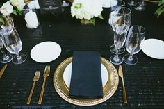 Glamorous Palm Springs Wedding, Dark Table Linens with Gold Chargers