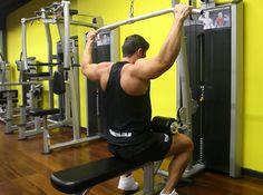 Exercício: Pulley Costas. Grupos musculares: Costas, Bíceps. Execução correta…