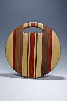 A great breadboard shape that accommodates a variety of tasks. Certainly a loaf of round Italian bread will look great on this cutting board. These beautiful cutting boards are perfect for all of your preparation tasks in the kitchen. Wood Shop Projects, Small Wood Projects, Woodworking Projects Diy, Diy Cutting Board, Wood Cutting Boards, Wooden Bread Board, Wood Chopping Board, Wood Creations, Italian Bread