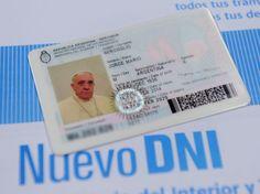 Non userà il passaporto diplomatico della Santa Sede. Papa Francesco vuole viaggiare come semplice cittadino argentino e per questo ha chiesto il rinnovo del documento alle autorità di Buenos Aires. Così il ministero dell'Interno ha mostrato la nuova carta d'identita e il passap