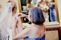 Mãe ajudando a noiva a se arrumar