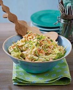 The recipe for American coleslaw and other free recipes on LECKER.de The recipe for American coleslaw and other free recipes on LECKER. Creamy Coleslaw, Vegan Coleslaw, Healthy Coleslaw Recipes, Salad Recipes, Drink Recipes, Jackfruit Burger, Le Diner, Shawarma, Grilling Recipes