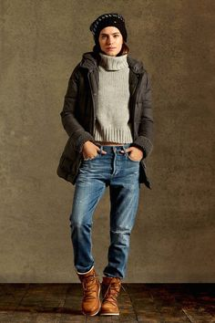 The Outfit // Grey Cropped Turtleneck + Boyfriend Jeans + Down Coat + Beanie + Ugg Lodge Boots. Jeans Outfit Winter, Fall Winter Outfits, Autumn Winter Fashion, Swag Style, Boyfriend Jeans Outfit, Casual Outfits, Cute Outfits, Look 2018, Fashion Clothes