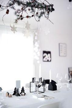 Black and White Christmas Table Setting Christmas Interiors, Decoration Christmas, Minimalist Christmas, Black Christmas, Noel Christmas, Scandinavian Christmas, Xmas Decorations, Winter Christmas, Christmas Journal