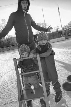 Schlittschuhlaufen mit den Kindern. Papa und die beiden Mädels auf der Eislaufbahn. Skiing, Baby Strollers, Children, Ski, Baby Prams, Young Children, Boys, Strollers, Child