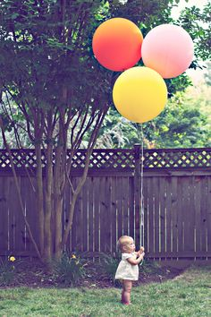 Birthday photo idea - balloons for each year. I would start with one balloon on their birthday and add another every year. One Balloon, Big Balloons, Round Balloons, Happy Balloons, Baby Balloon, Balloon Birthday, Baby Birthday, Birthday Ideas, Foto Fun