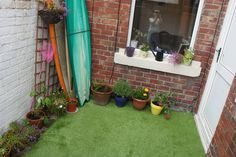 Notice the surf board storage? Transform a small garden with astroturf! It's durable and low maintenance (no need for the lawn mower!) - considering this for out back under the pine tree where no grass will grow. Back Gardens, Small Gardens, Courtyard Design, Courtyard Ideas, Outdoor Projects, Outdoor Decor, Indoor Outdoor Carpet, Faux Grass, Astro Turf