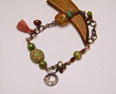 Bracelet rustique, laiton bronze, agate verte, perles verre tchèque, pompon coton, fil de cuivre émaillé, fermoir : Bracelet par francesca