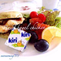 朝ごはんは、バジルベーグルにノンフライチキンをサンド。