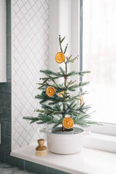 Diy Christmas Garland, Mini Christmas Tree, Natural Christmas, Christmas Holidays, Christmas Ideas, Diy Christmas Decorations For Home, Scandinavian Christmas Decorations, Christmas Mantles, Christmas Bedroom