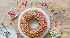 Auf der Suche nach einem tollen Geburtstagskuchen für Kindergeburtstage? Dieser Marmorkuchen ist kunterbunt und mit Süßigkeiten verziert. Kinder lieben ihn!