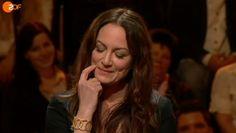 """Bei ZDF entdecken wir Natalia Wörner, die bei der Sendung """"Bildungstest"""" beim Grübeln unser Yona Bracelet zum Vorschein kommen lässt!"""