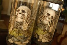 Apothecary jar, moss, skeleton parts and rocks - awesome halloween decor! Halloween Prop, Table Halloween, Holidays Halloween, Halloween Crafts, Happy Halloween, Halloween Centerpieces, Halloween Stuff, Voodoo Halloween, Halloween Dinner