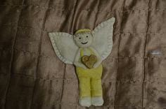 Pierwszy męski aniołek charakteryzuje się czapką z daszkiem, który na szczęście nie stracił na sztywności podczas pieczenia. Niestety nosek już owszem, pewnie masa była jeszcze za rzadka. Serduszko…