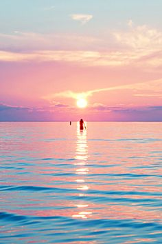 not all of the countries of the world have the pleasure of having beautiful sunsets in the sea, like this one, they are magical and the color that the sun creates are unbelievable