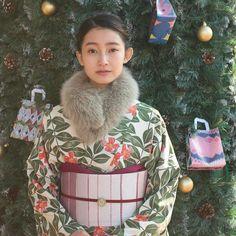 クリスマスコーディネート✨ ・ ・ ・ #きものやまと #着物 #きもの #キモノ #kimono #和装 #着物コーディネート #着物女子 #洗えるきもの #ふだん着物 #christmas #きものがある日常 Japanese Costume, Japanese Kimono, Modern Kimono, Japanese Outfits, Yukata, Geisha, Traditional Outfits, Beautiful Men, Asia