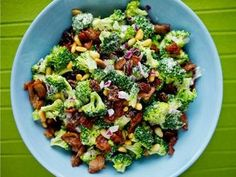Brokkolisalat, legg til granateplekjerner! Salad Recipes, Snack Recipes, Snacks, Norwegian Food, Norwegian Recipes, Always Hungry, Pasta, Broccoli Salad, Going Vegan