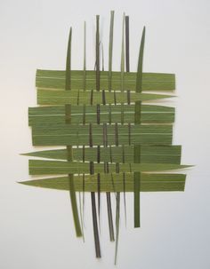 the students use blades of grass to weave. This is a way to incorporate nature into the classroom.Have the students use blades of grass to weave. This is a way to incorporate nature into the classroom. Flax Weaving, Paper Weaving, Weaving Art, Basket Weaving, Land Art, Weaving Projects, Art Projects, Palette Verte, Textiles