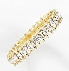 Pulsera elaborada con 4 baños de oro de 18 kt con piedras de cristal incrustradas en todo el cuerpo de la pulsera. Modelo 415216.