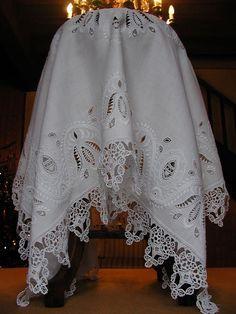 Retour ...un peu blanc ... - Au Fil du Lin et Coton (Linge ancien & Mercerie d'autrefois) Scandinavian Embroidery, Shabby, Crochet Borders, White Embroidery, Cutwork, Needle And Thread, Needlework, Knit Crochet, Kimono Top