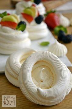 Mini Pavlova, Pavlova Cake, Meringue Desserts, Mini Desserts, Just Desserts, Dessert Recipes, Pastry Recipes, Cooking Recipes, Russian Recipes