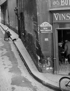 Rue des Ursins, 1931 by Andre Kertesz Henri Cartier Bresson, Andre Kertesz, History Of Photography, Vintage Photography, Street Photography, Art Photography, Photography Lessons, Budapest, Robert Doisneau